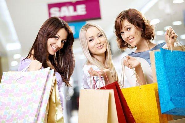 femeile-merg-cu-prietenele-la-cumparaturi
